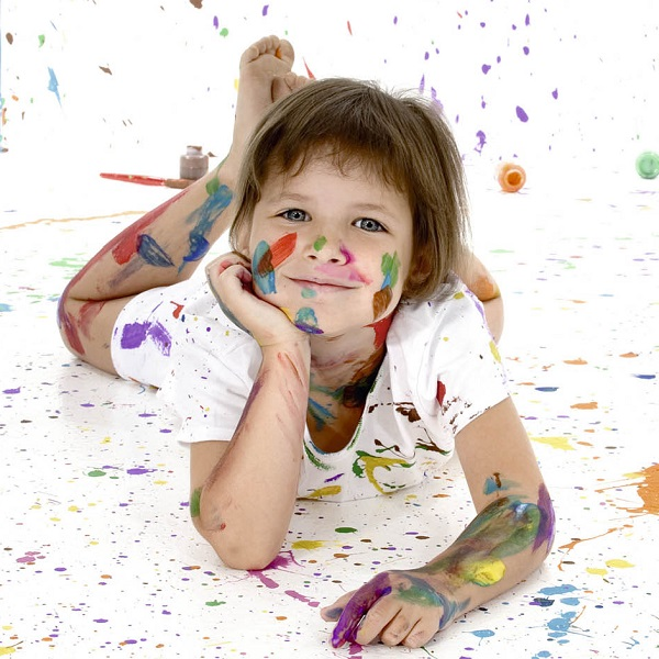 Щастливо дете, гордо от своето произведение